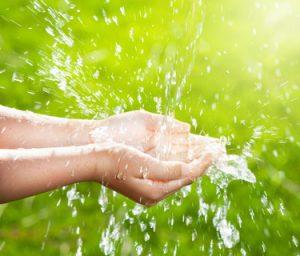 profiter des bienfaits de l'eau au printemps : hydratation de la peau