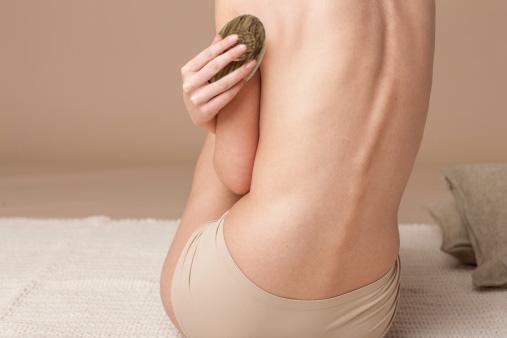 Le brossage du corps : gommage, anti-cellulite, détox et bien plus encore