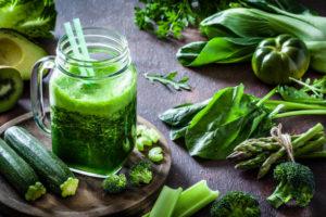 le plein de légumes et fruits dans des jus detox
