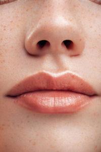 réhausser les lèvres grace à l'autobronzant sandvae
